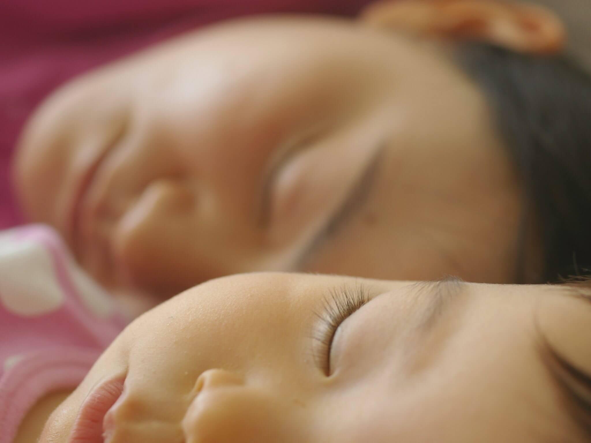 Ce reguli trebuie să respectăm atunci când dormim în același pat cu bebelușul?