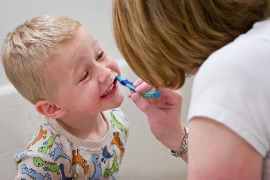 Cum ne învățăm copiii să se spele singuri pe dinți?
