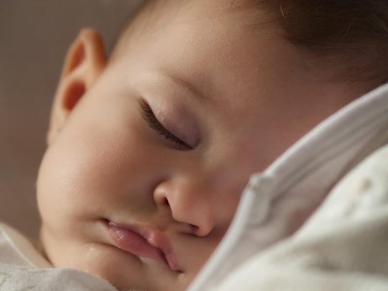 Mitul copilului care dupa varsta de 3 luni trebuie invatat cum sa doarma toata noaptea