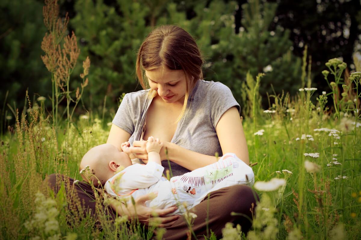 """Beneficiile îngrijirii piele-pe-piele imediat după naștere, în """"ora magică"""""""