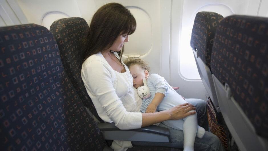 Cum e să zbori cu avionul, cu un copil mic?