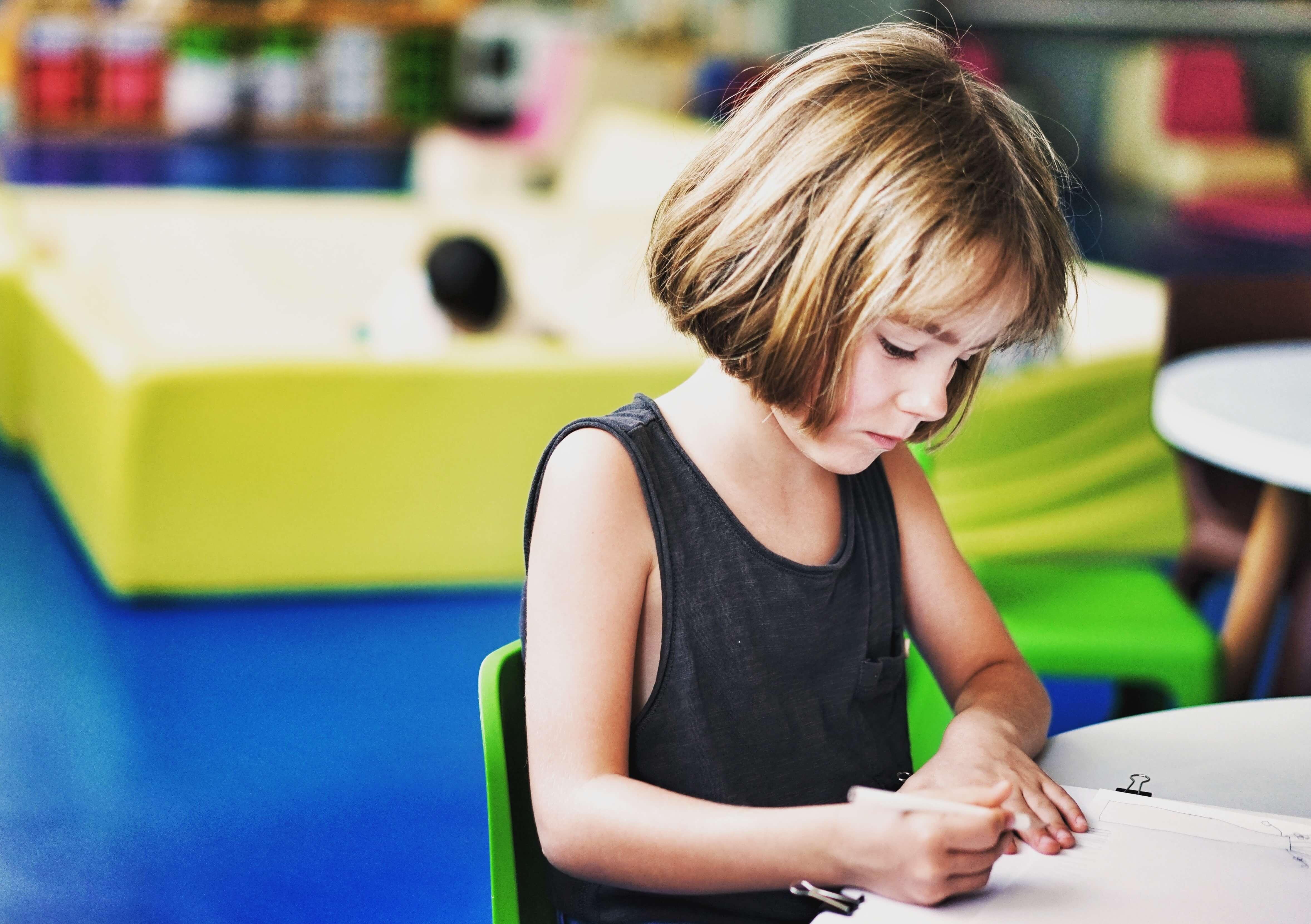 De ce e bine să amânăm intrarea copilului în școală?