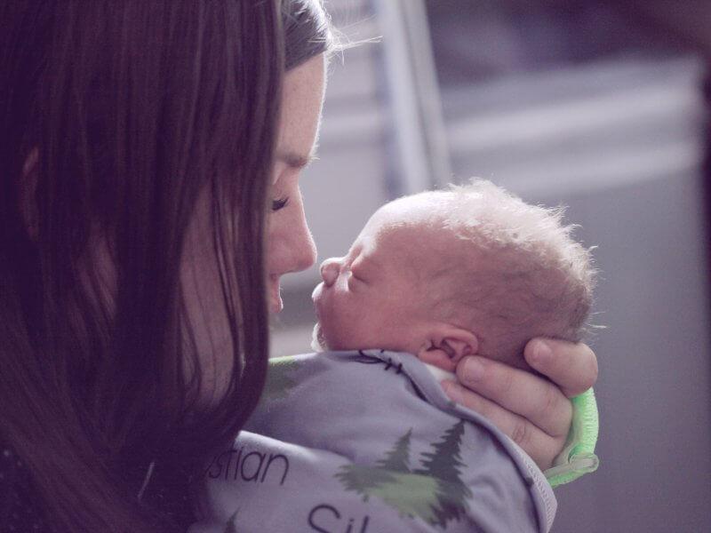 Zece motive pentru a-ți ține bebelușul în brațe